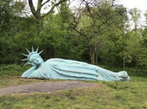 Fekvő Szabadság-szobor