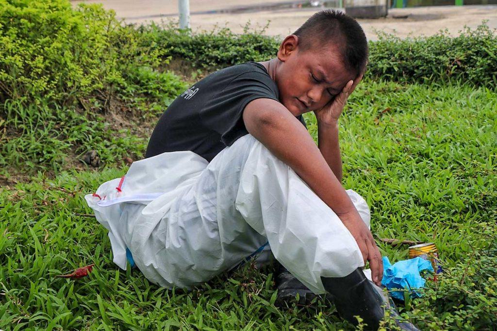 A tizenhárom éves mianmari önkéntes
