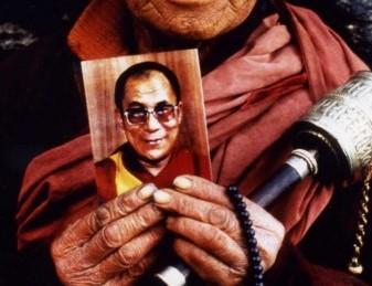 Több tucat tibetit tartóztattak le Szecsuánban, a Dalai Láma fotói miatt
